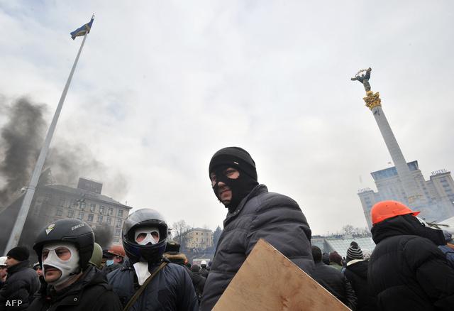 Kormányellenes tüntetők a kijevi Függetlenség téren, 2014. február 19-én.