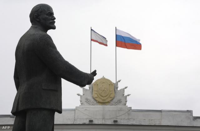 Krími és orosz zászló Szimferopolban