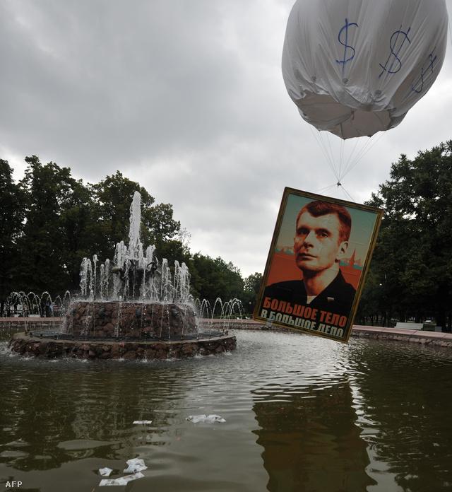 Mikhail Prokhorov orosz oligarcha képével díszített hőlégballon lebeg egy ötvenrubelesekkel teledobált szökőkút felett Moszkvában