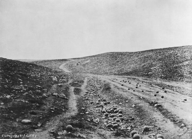 Roger Fenton Halál árnyékának völgyében című felvétele a fotótörténet egyik leghíresebb háborús képe