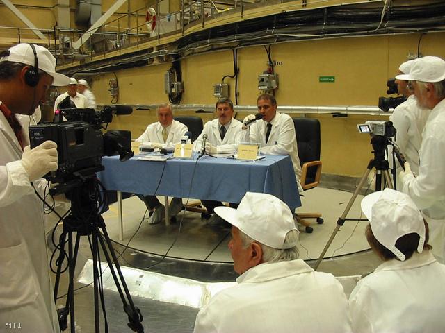 Kocsis István (középen) egy 2004-es sajtótájékoztatón a Paksi Atomerőműben
