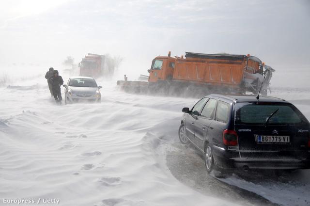 Szerbiában, a magyar határtól néhány kilométerre méteres hótorlaszok voltak januárban