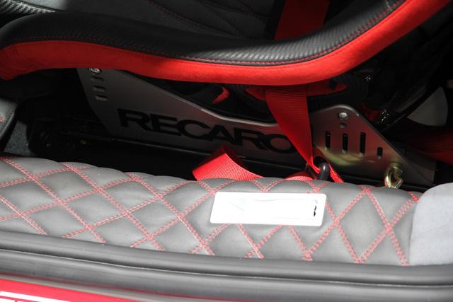 Filléres konzolon a műanyaghéjas kagylók, fixen, adnak hozzá nyolcas imbuszkulcsot, ha állítani szeretnénk. A méretre szabott Ferrari-ülés nem kell ide.