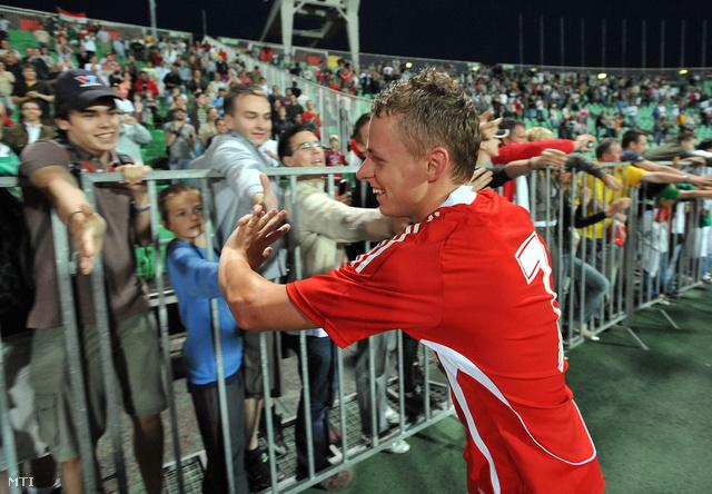 Dzsudzsák Balázs megköszöni a szurkolóknak a bíztatást a 2008-as Magyarország-Görögország barátságos mérkőzés után