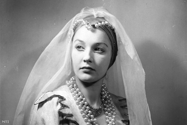 1951. március. Hacser Józsa színész Gáli József: Erős János c. mesejátékának szereplője az Úttörő Színházban.