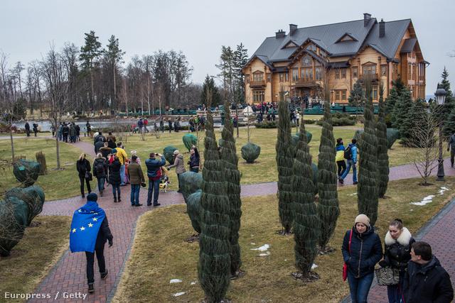 A ház és a kertje is hatalmas. Rengeteg kíváncsi tüntető elfér most benne.