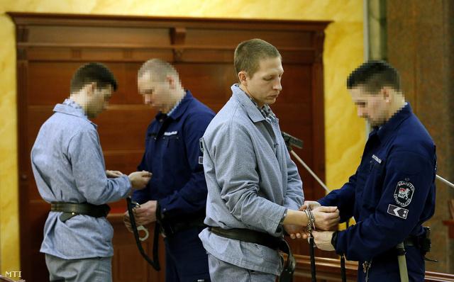 Az elsőrendű vádlottat Szalontai Győzőt (j2) és társát vezetik el a West Balkán-ügy felülvizsgálati tárgyalásáról a Kúria tárgyalótermében.
