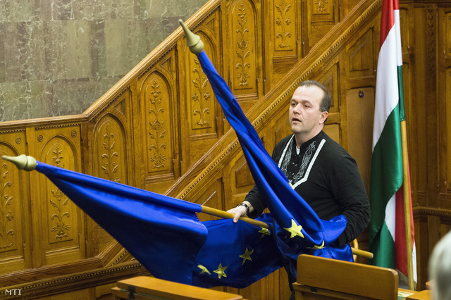 Gaudi-Nagy Tamás jobbikos képviselő felszólalása után eltávolította az ülésteremben található EU-zászlókat, majd képviselőtársával közösen kidobták az ablakon