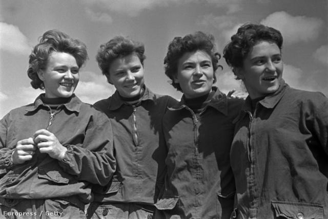 Szovjet női ejtőernyősök egy 1961-es légibemutatón