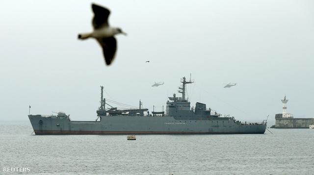 Orosz hadihajók a szevasztopoli kikötő bejáratánál