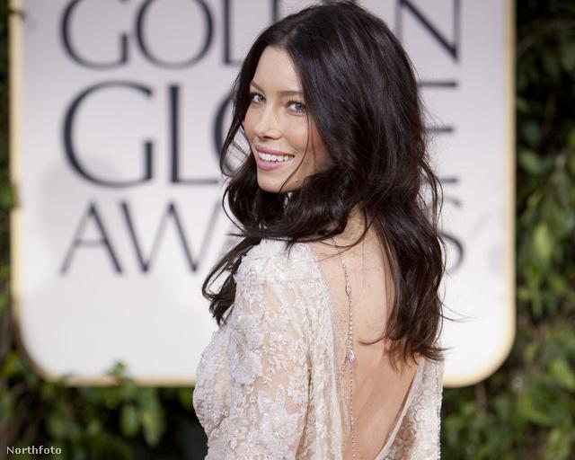 Jessica Biel a 2012-es Golden Globe-kiosztón, fordított nyakláncban