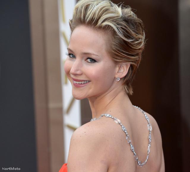 Jennifer Lawrence a 2014-es Oscar-kiosztón, fordított nyakláncban