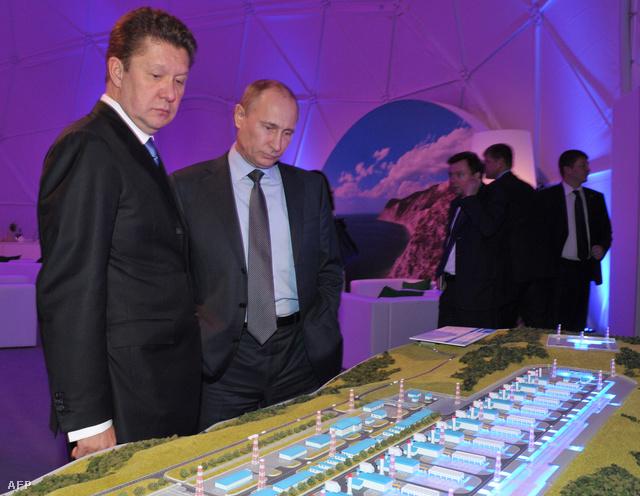 Alekszej Miller Gazprom vezér és Vlagyimir Putyin egy Gazprom beruházás makettjét tekintik meg a Déli áramlat Fekete-tengeri szakaszának megnyitóján januárban
