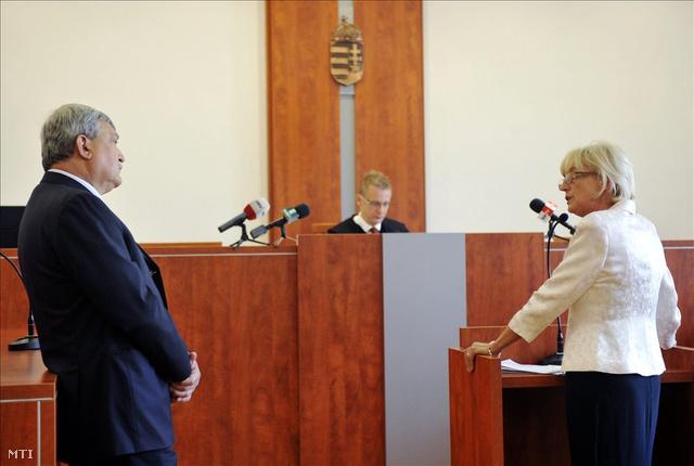 Dávid Ibolyát, az MDF korábbi elnökét, vádlottat és Csányi Sándort, az OTP Bank elnök-vezérigazgatóját, tanút szembesítik a Pesti Központi Kerületi Bíróságon. (2011.)