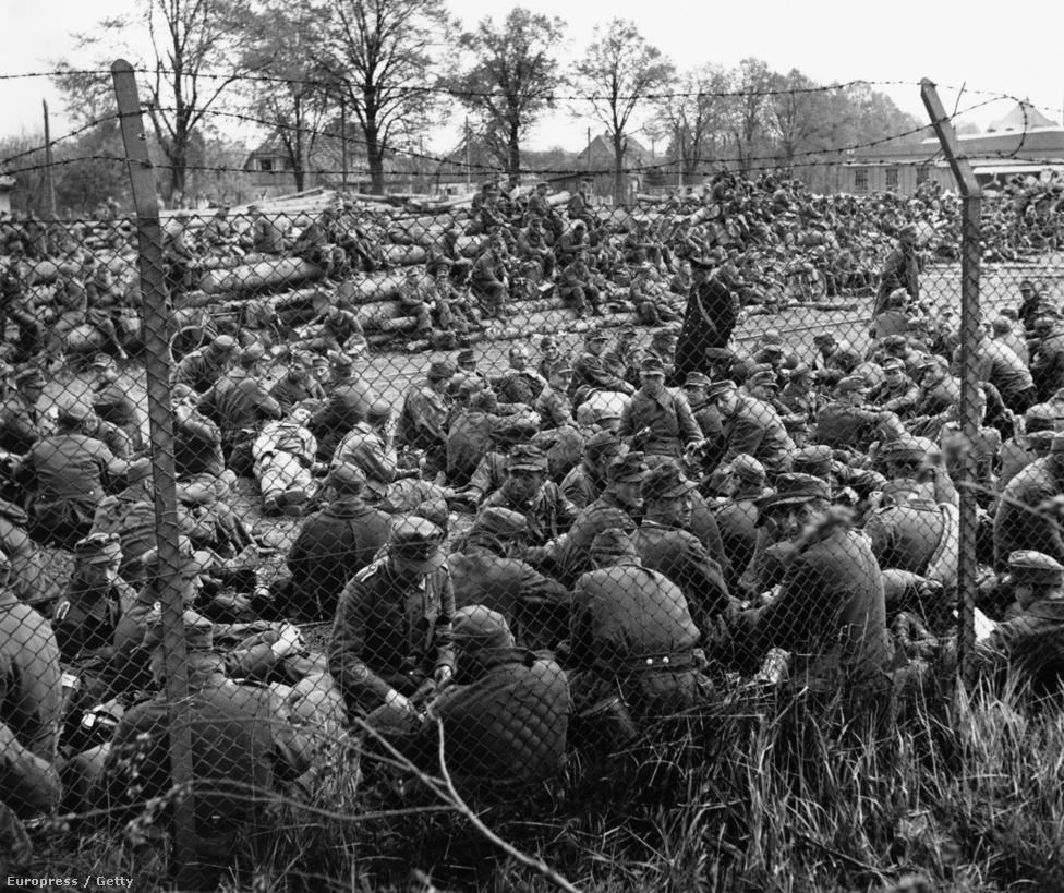 """""""George Rodger képei a kollektív történelmi emlékezetünk részét alkotják"""" - írta róla Henri Cartier-Bresson 1994-ben. """"A felfedezők és a kalandorok régi hagyományát folytatta egész életében, a munkássága minden időkben érvényes marad.""""  Német hadifoglyok egy táborba terelve valahol Európában, 1945 körül."""