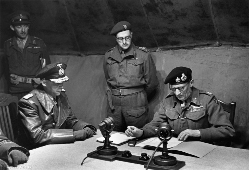 A háború vége elkezdődött, Hitler ekkor már négy napja halott volt. Bernard Law Montgomery elfogadja a németek feltétel nélküli megadását, amelynek értelmében a német csapatok kivonulnak Hollandiából és Dániából is. A történelmi jelentőségű eseményt egy kárpitozott katonai sátorban tartották, a tévé és a rádió is közvetítette.