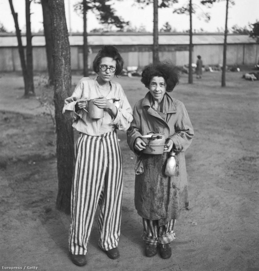 """Ennyi évvel az események után nehéz belegondolni, hogy milyen hatással voltak a hullákról, haldoklókról és túlélőkről készült képek. Margaret Bourke-White riportja sem volt könnyű olvasmány, Rodger száraz képaláírásai csak tovább borzolták a kedélyeket: szenvtelen, tárgyszerű stílusban foglalta össze a látottakat: """"Nő haldoklik egy fa alatt"""", """"A rabok fenyőlevelet és gyökeret forralnak, hogy enni tudjanak"""", """"Tüzet raknak a halottak letépett ruháiból"""". A képen két női rab tartja a kezében a kis edénykéjét Bergen-Belsenben, 1945 májusában."""