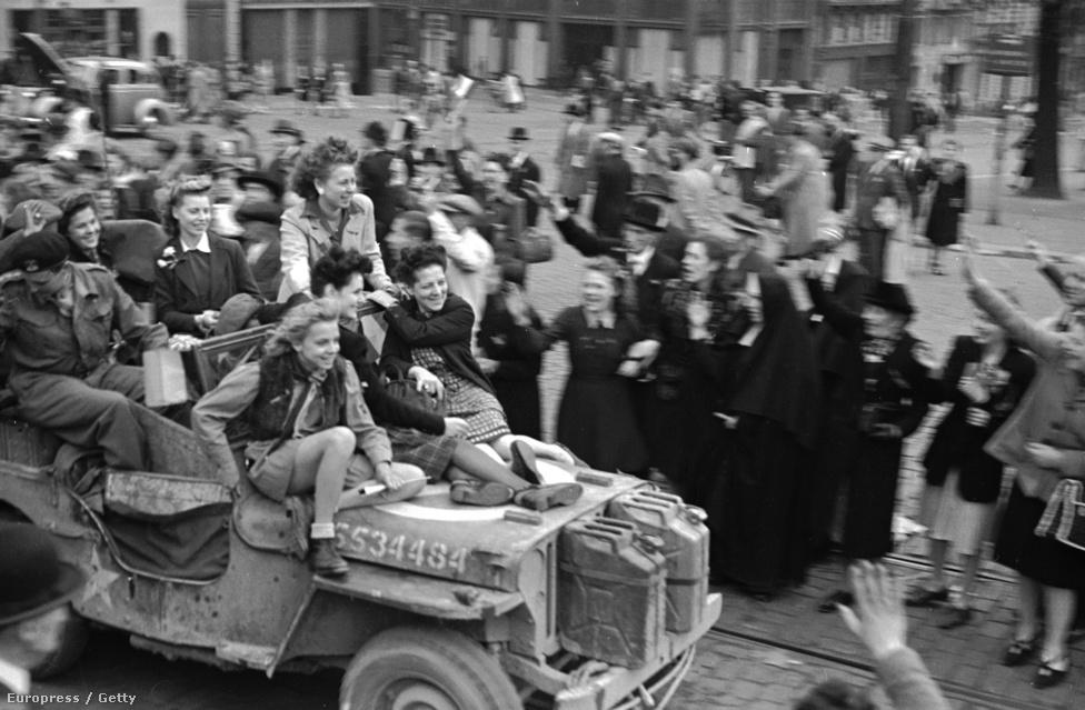 A belga nők egy katonai dzsip tetején ünneplik, hogy angol csapatok felszabadították Belgiumot a német megszállás alól. Ez már a későbbi természetfotós Rodger szeme: képeire mindig is jellemző volt a határozottság és közvetlenség, természetesnek és könnyednek tűnik a munkája, miközben komponált azért rendesen fotózás közben.