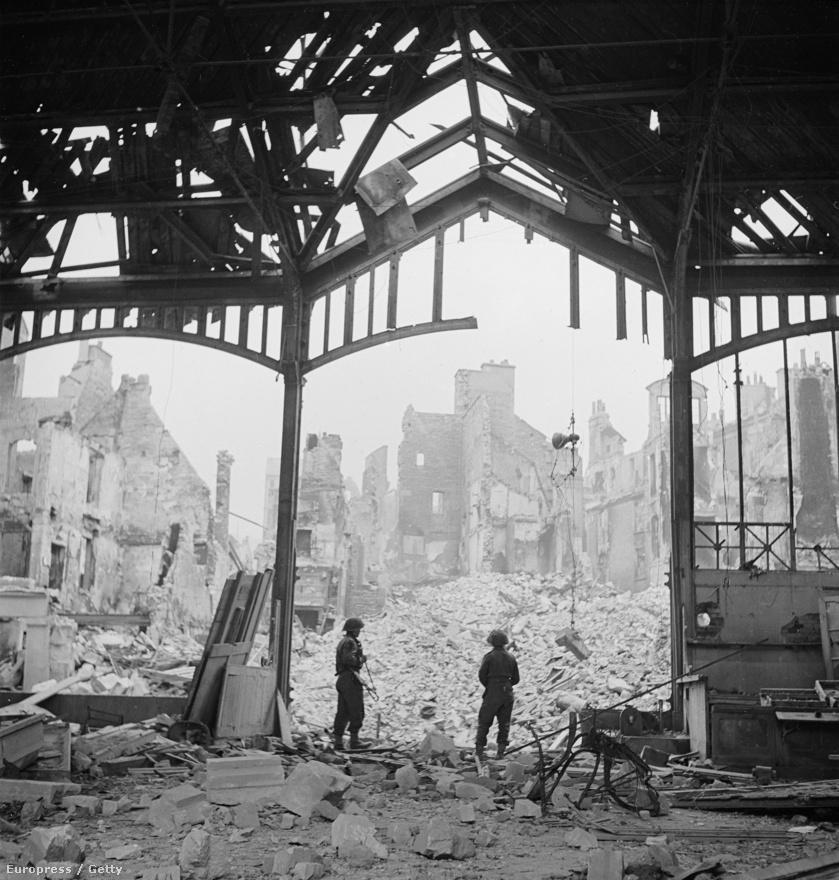 Nem volt klasszikus értelemben vett háborús fotós abból a szempontból, hogy csupán az hajtsa, hogy az emberi szenvedést hírül adja. Éppen ezért utólag visszatekintve nem is érezte jól magát a Life magazinnál, a konkrét tudósítás helyett jobban érdekelte, hogy egy lépést tegyen hátra, és a képet egészében szemlélje. Katonák nézik a kőtörmelékkel borított Caen városát az 1944-es felszabadítása során.