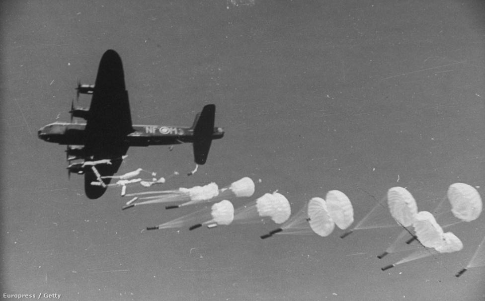 Rodger sokáig két fényképezőgépet használt egyszerre: egy gyors Leicával és jobb felbontásban dolgozó Rolleiflexszel, mikor mire volt éppen szükség. Ezen a képen a munícióval felszerelt ejtőernyősök szép sormintában ugrálnak ki egy repülőgépből, a belgák az előre megbeszélt helyen várakoztak a szállítmányra.