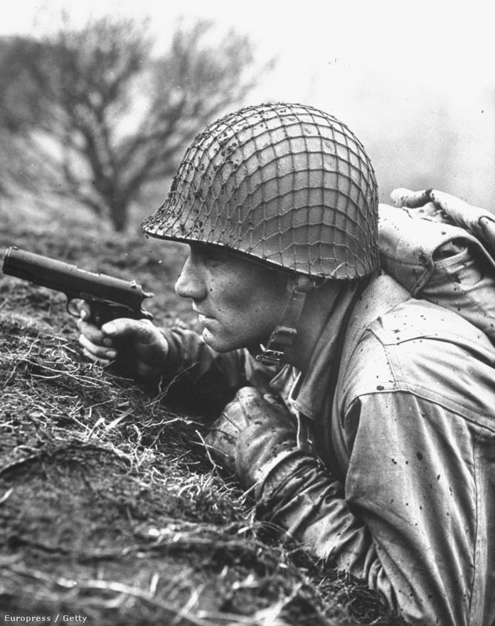 Az angol Rodger előbb tengerészként járta be az egész világot, sőt Amerikában is szerencsét próbált, ám amikor kitört a második világháború, minden vágya az volt, hogy a frontvonalakról tudósítson. A londoni villámháborúról készült képeire figyelt fel a Life szerkesztősége, és invitálták meg a csapatba. A fotón egy amerikai katona lapít fegyverrel a kezében, 1943-ban.
