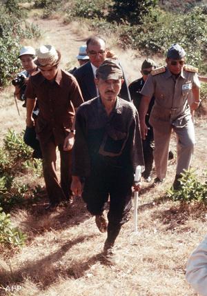 Onoda Hiroo abban a dzsungelben, ahol 30 éven át bujkált (1974.)