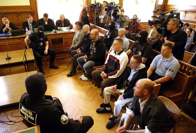 Vádlottak a csepeli gyilkosság tárgyalásán
