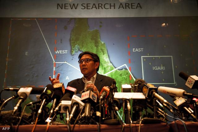 Azharuddin Abdul Rahman, a malajziai Polgári Repülési Hivatal főigazgatója a légitársaság eltűnt Boeing 777-es repülőgépének új keresési területeit ismerteti