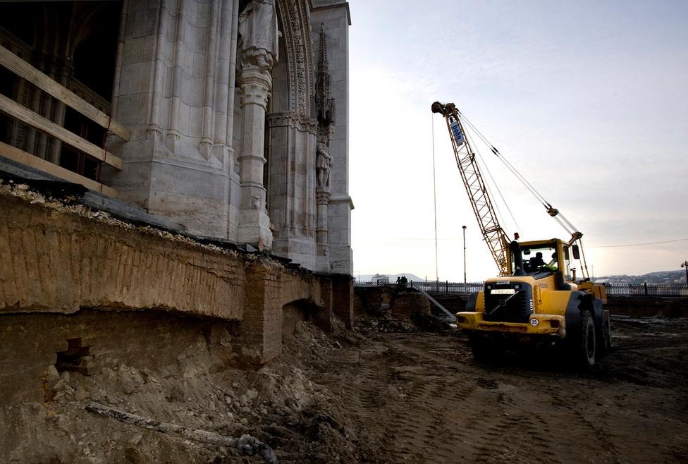A földmunkák során többször is kiderült, hogy a neogótikus épületnek azokat az elemeit is gondosan kidolgozták, melyek soha nem kerültek szem elé.