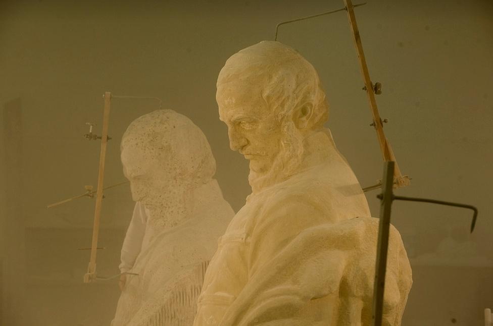 Készül a Kossuth-szoborcsoport főalakja. Az eredeti alkotáshoz használt márvány nem nagyon bírta a magyarországi klímát, az újrafaragott alakoknál más alapanyagot használtak.