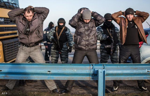 Oroszpárti fegyveresek motoznak civileket egy ellenőrzőponton