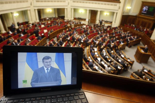 Az elüldözött Janukovics-elnök sajtótájékoztatóját hallgatják az ukrán parlamentben