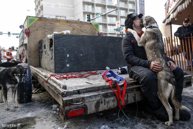 Musher Jason Mackey és kutyája a rajt előtt