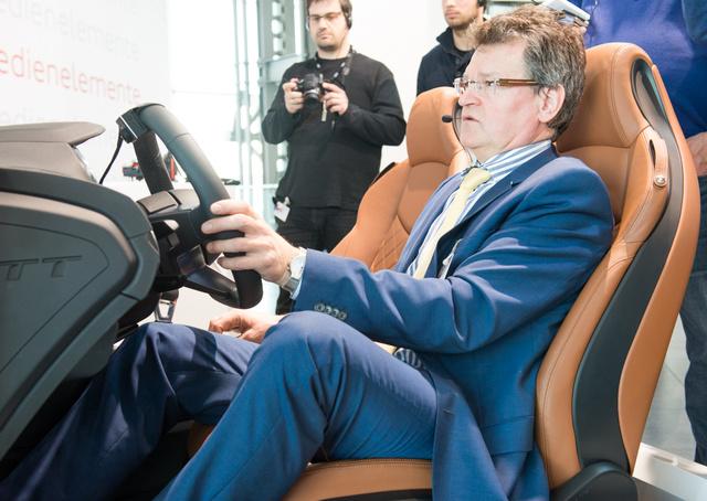 Dr. Werner Hamberger s könnyített szerkeszető ülésből prezentálja az elektronikát