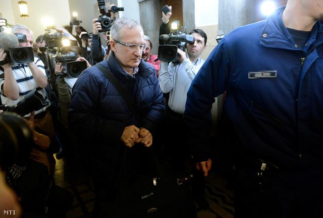 Simon Gábor volt MSZP-s országgyűlési képviselőt rendőr kíséri a Pesti Központi Kerületi Bíróságon, ahol előzetes letartóztatásáról döntött a bíróság 2014. március 12-én.