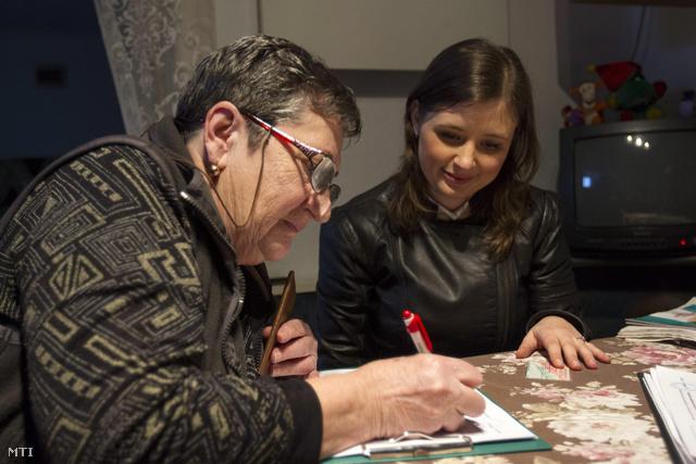 Dúró Dóra a Jobbik országgyűlési képviselője gyűjt alírásokat a 6-os számú választókörzetben, az Aszódi utcai lakótelepen 2014. február 17-én.