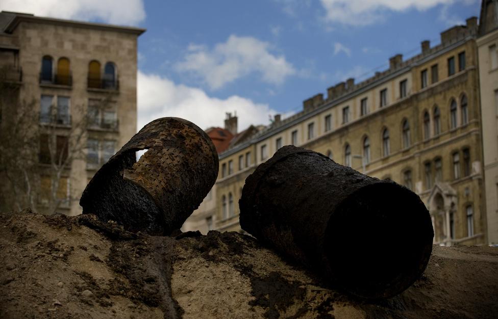 A munkálatok során előkerült az a vízgyűjtő csővezeték, amelyet 1868-ban kezdtek építeni, majd a parlament építésekor félbehagytak.