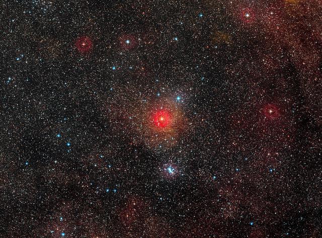 A HR 5171 A sárga hiperóriás a legfényesebb csillag a felvétel közepén. (ESO/Digitized Sky Survey 2)