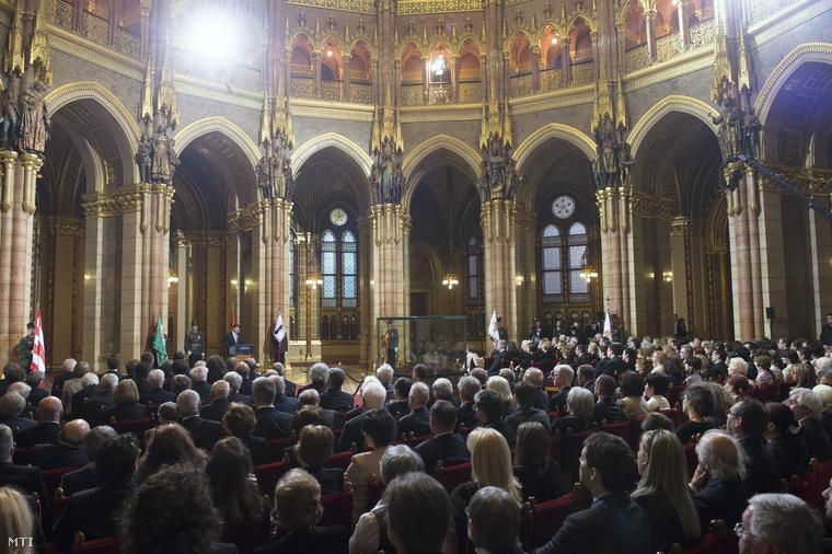 Résztvevők a Kossuth- és Széchenyi-díjak valamint a Magyar Érdemrend kitüntetéseinek ünnepélyes átadásán az 1848-49-es forradalom és szabadságharc évfordulóján a Parlament kupolacsarnokában.
