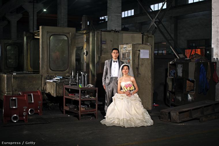 Kínai munkások milliói költöznek otthonuktól több ezer kilométerre, hogy a part menti kiemelt ipari körzetekben munkát kapjanak. Itt a gyártósorok mellett szövődnek az új szerelmek, legtöbbször kemény körülmények között, családi támogatás nélkül kell a pároknak boldogulniuk.                         Guanfu Csen és felesége Csimin Lin a sanghaji Csing Feng Industrial gyárában 2012 februárjában. A pár Szecsuánban képzeli el a jövőt, amint megalapozták a jövőjüket költöznek Sanghajból.