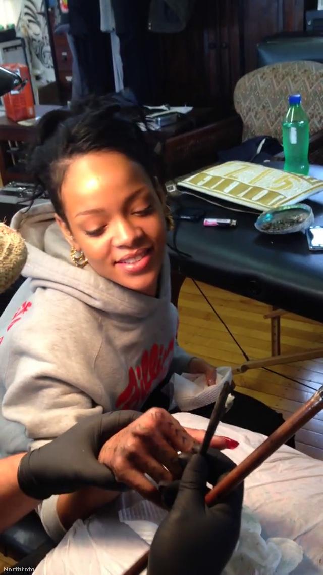 Rihanna egy maori mintát tetováltat éppen a kezére