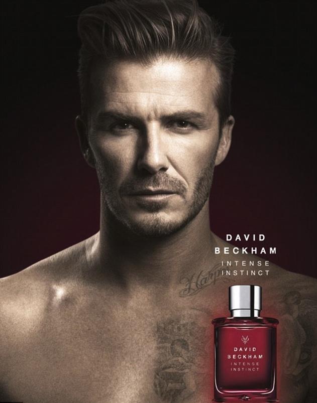 Az új parfümreklámon pont az üveg mellett látszik David Beckham nyakán az új felirat: Harper. Ha bármikor elfelejti, hogy hívják, elég a tükörbe néznie!