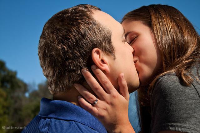 csókolózáskor érzi a lehelet szagát)