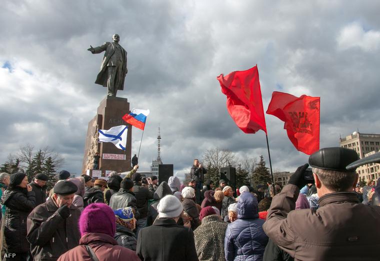 Oroszpárti tüntetők a népszavazás napjára szervezett demonstráción