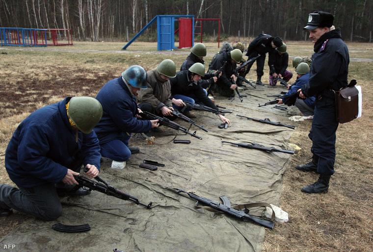 Ukrán katonák gyakorlatoznak hétfőn délelőtt