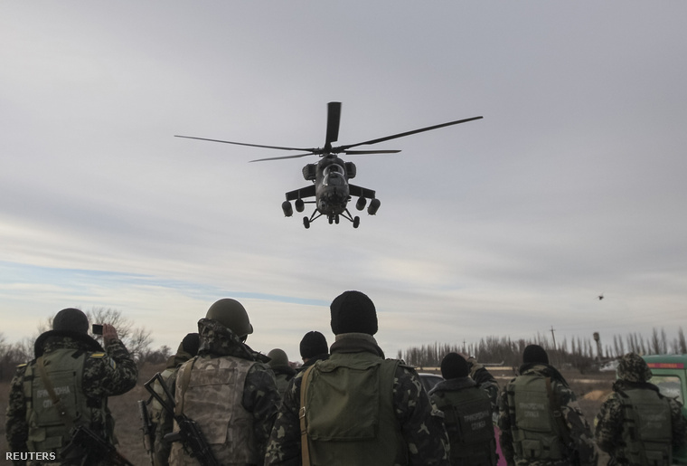 Orosz MI-35-ös katonai helikopter járőrözik egy ukrán ellenőrzőpont felett Krímben.