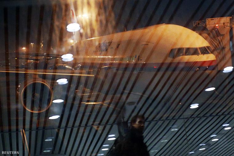 Az eltűnt Boeing 777-est helyettesítő gép Kuala Lumpur nemzetközi repülőterén, 2014. március 17-én. A 318-as az eddig Pekingbe repülő 370-est váltja, amit az eltűnt gép utasai és legénysége iránti tiszteletből nyugdíjaztak.
