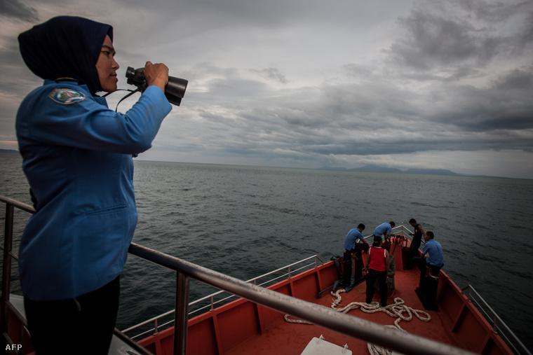 A maláj hatóságok kutatócsoportja Szumátra közelében
