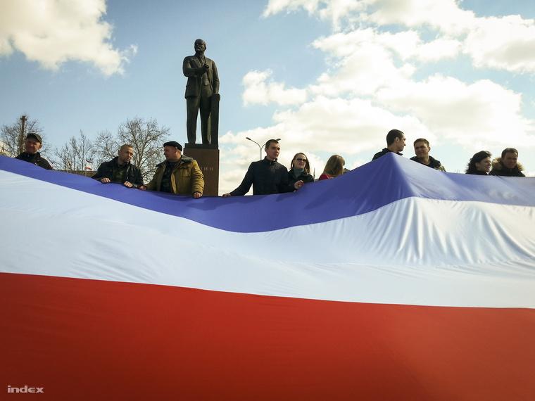 Oroszpárti tüntetők Putyin beszéde közben a szimferopoli Lenin-szobor körül