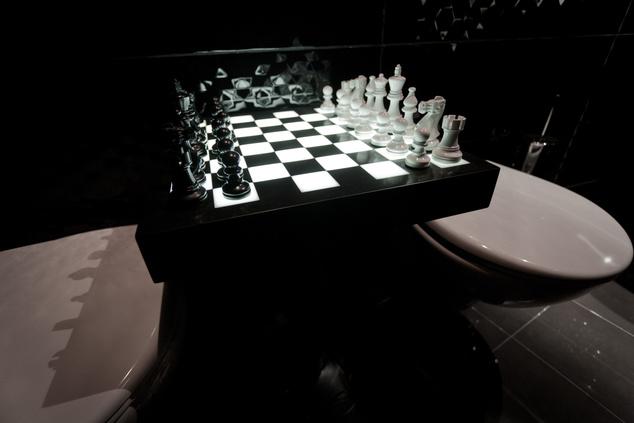 A sakkparti győztesének jutalma egy guriga vécépapír